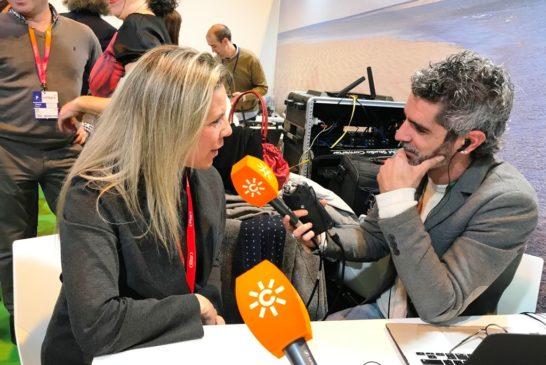 La alcaldesa atendiendo a Canal Sur Radio