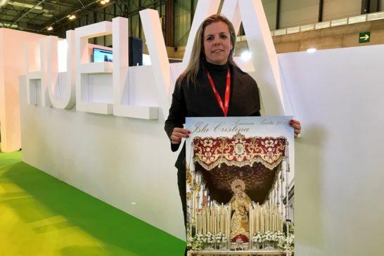 La alcaldesa monstrando el cartel anunciador de la Semana Santa isleña 2018
