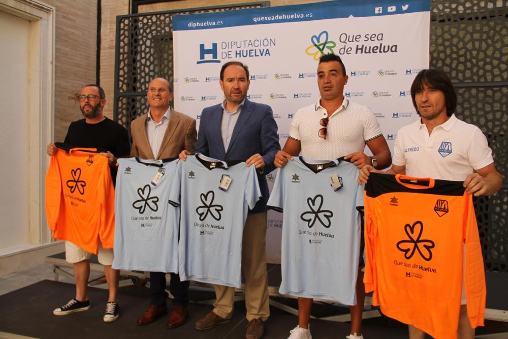 Diputación entrega material deportivo al equipo «Isla Saltés» del isleño José Peña Contreras
