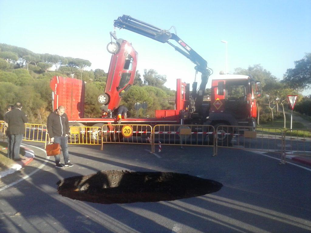 Un coche cae en un socavón en una rotonda de Islantilla