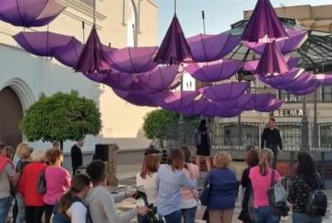 Isla Cristina se viste de violeta con una puesta de paraguas en la Plaza de la Paz