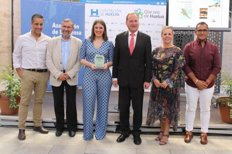 La periodista Raquel Rendón recoge el Premio Huelva de Periodismo por su artículo 'Anatomía del Gran Incendio'