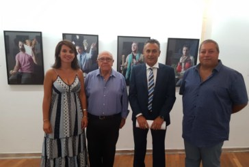 El reconocido artista Adolfo de los Santos está exponiendo su última colección en Isla Cristina