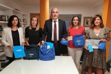 El ayuntamiento de Isla Cristina recepciona 250 kits escolares de la Obra Social La Caixa