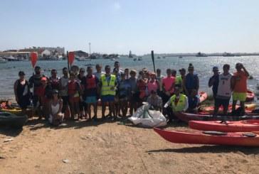 Isla Cristina se une a la limpieza de plásticos en kayaks