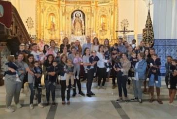 Los niños isleños ofrendan flores a la Virgen del Rosario