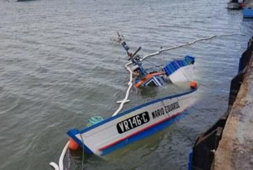 Se hunde un barco arrastrero en el puerto de Isla Cristina