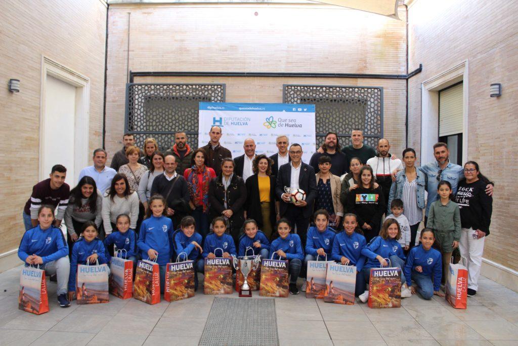 El presidente de la Diputación recibe a la selección provincial alevín de fútbol femenino