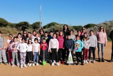 Los niños y niñas del CLIA participan en la repoblación de árboles de la zona de la Casita Azul