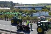 Agricultores y ganaderos de Huelva bloquean la A-49 cerca de la frontera portuguesa