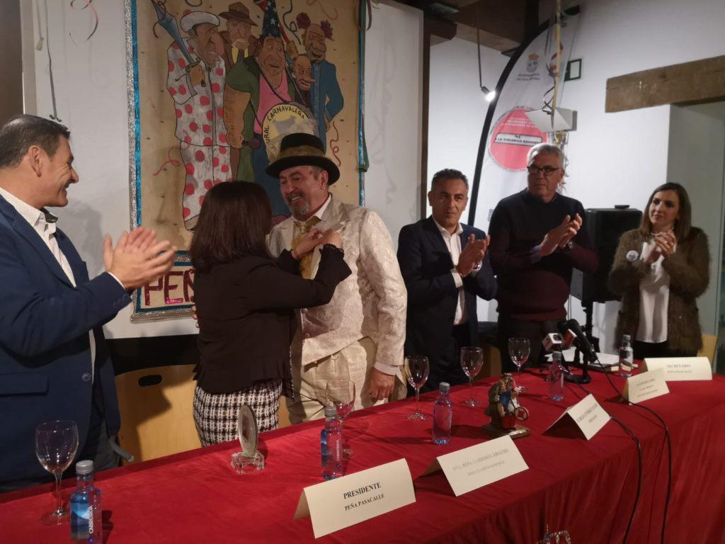 El Ayuntamiento entrega los premios del Carnaval y la peña Pasacalles el Antifaz de Oro