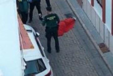 La Guardia Civil y Policía Local de Isla Cristina auxilia a un vecino desmayado