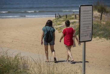 Los alcaldes de la costa occidental de Huelva valoran positivamente la contratación de auxiliares de playa
