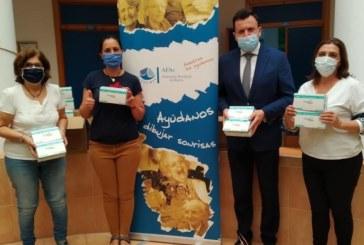 Fundación Caja Rural del Sur muestra su apoyo a AFA Huelva con la entrega de mascarillas