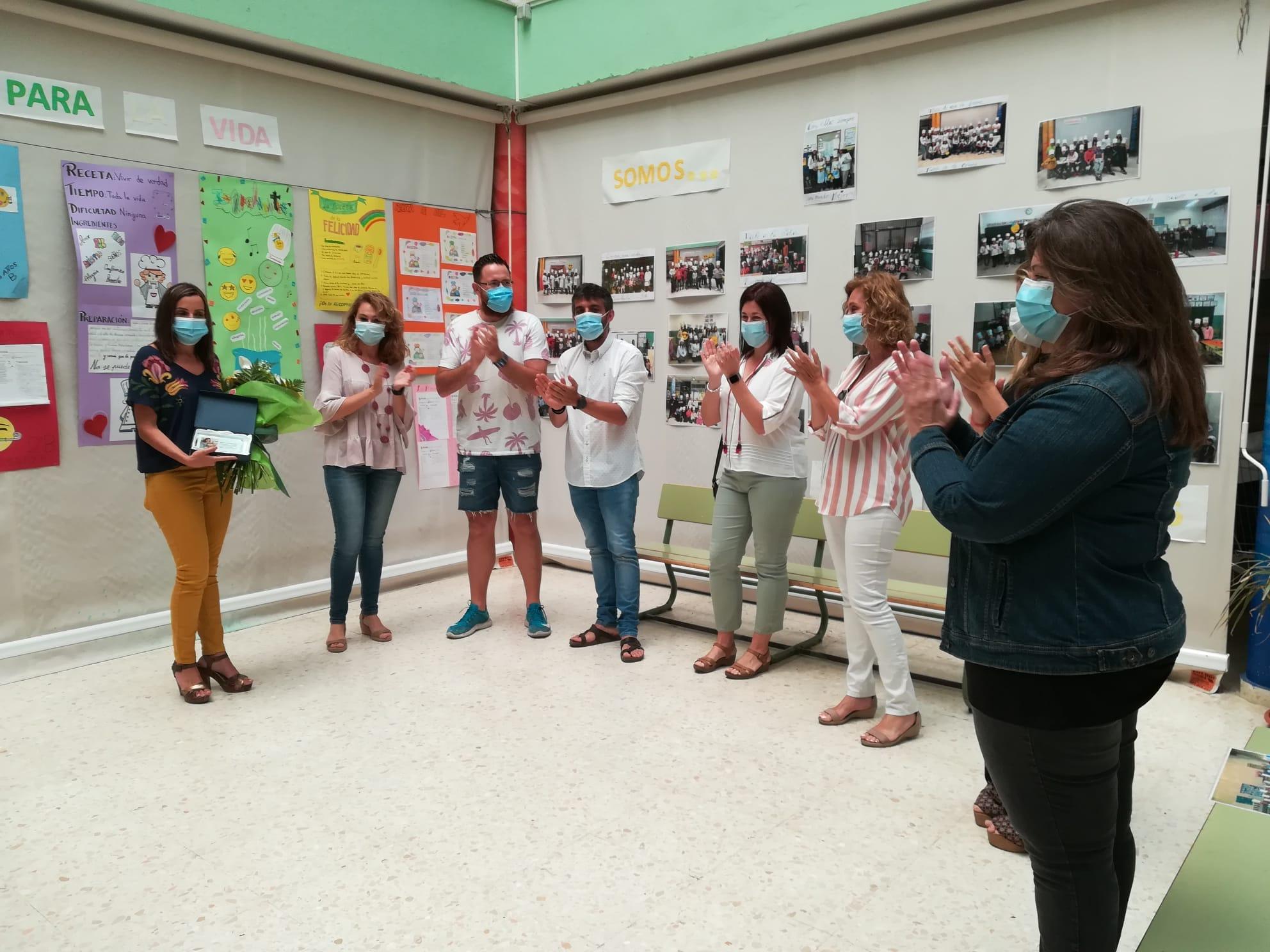 Las directoras y directores de Infantil y Primaria de Isla Cristina reconocen la labor de la Concejala de Educación