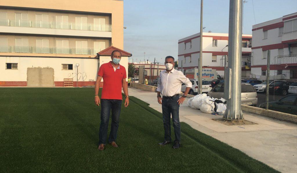 El Alcalde de Isla Cristina y el Concejal Delegado de Deportes visitan las obras del nuevo campo de césped artificial de la Punta del Caimán