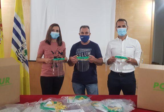 Polisur dona tres mil pantallas faciales a los escolares isleños
