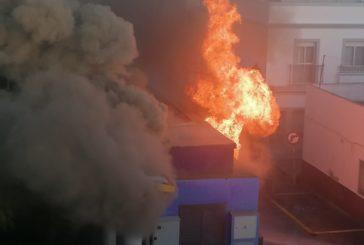 Aparatoso incendio de un transformador eléctrico en Isla Cristina