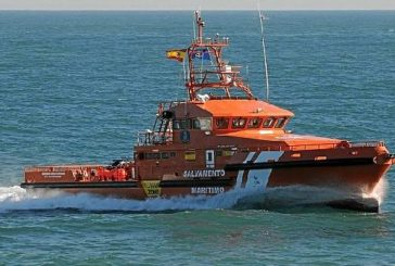 Salvamento interviene en Isla Cristina en el remolque de un pesquero con redes enredadas en la hélice