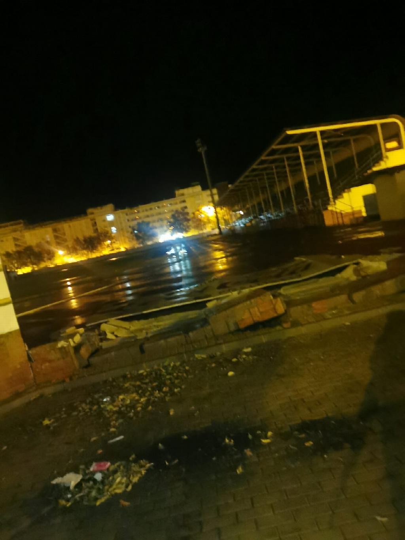El temporal provoca destrozos en el muro perimetral del Municipal de Isla Cristina