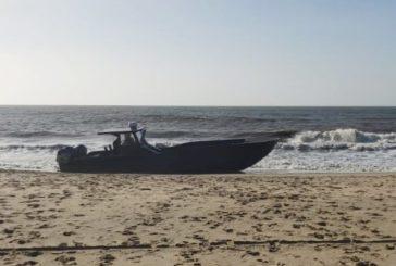Aparece una narcolancha abandonada en las playas de Isla