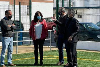 La delegada territorial de Educación y Deporte visita nuevo el campo de fútbol de césped artificial de la barriada isleña de Punta del Caimán