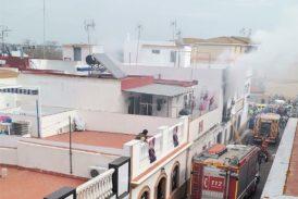 Vecinos de Isla Cristina sacan a dos personas mayores de una casa en llamas