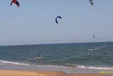 Kitesurf durante las fiestas de Semana Santa en la Playa Central de Isla Cristina