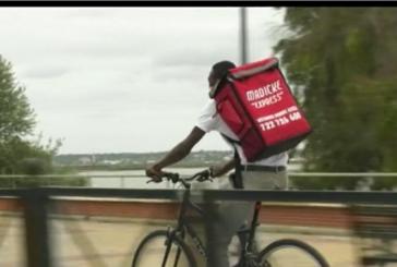 Madicke un joven senegales que reparte positividad en Isla Cristina