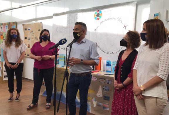 Inaugurada la Exposición 'Isla Cristina con los 5 sentidos' donde se expone la mascarilla más grande del mundo