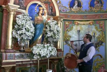 José A. Raya interpreta ante Mª Auxiliadora el Himno del Centenario, al finalizar el Tercer Tríduo
