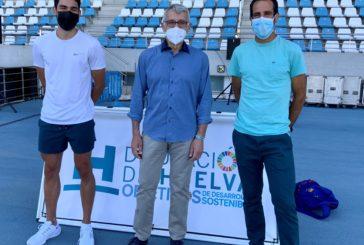 Jóvenes de los clubes de atletismo de Huelva comparten entrenamiento y diversión con el atleta Héctor Santos