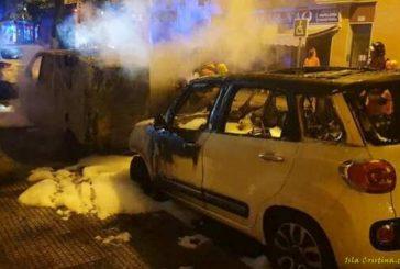 En llamas tres coches durante la madrugada en Isla Cristina