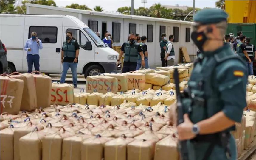 Cinco detenidos tras intervenir unas 15 toneladas de hachís en un barco a 100 millas de la costa de Huelva