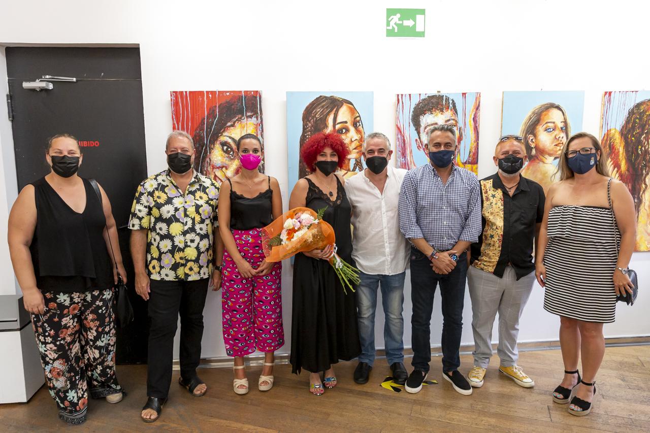 La artista isleña Laura Chalé expone por primera vez su obra en la localidad