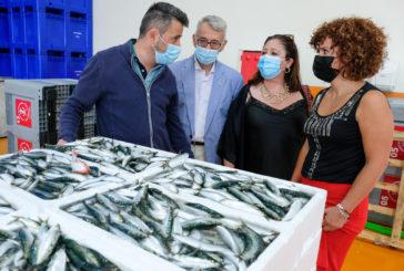 Limón visita la Lonja de Punta Umbría para tomar el pulso del sector pesquero de Huelva