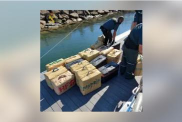 Dos detenidos tras intervenir 25 fardos de hachís ocultos entre las redes de una embarcación en Isla Cristina