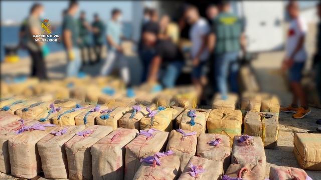 La Guardia Civil incauta cuatro toneladas de hachís a 130 millas de las costas de Huelva