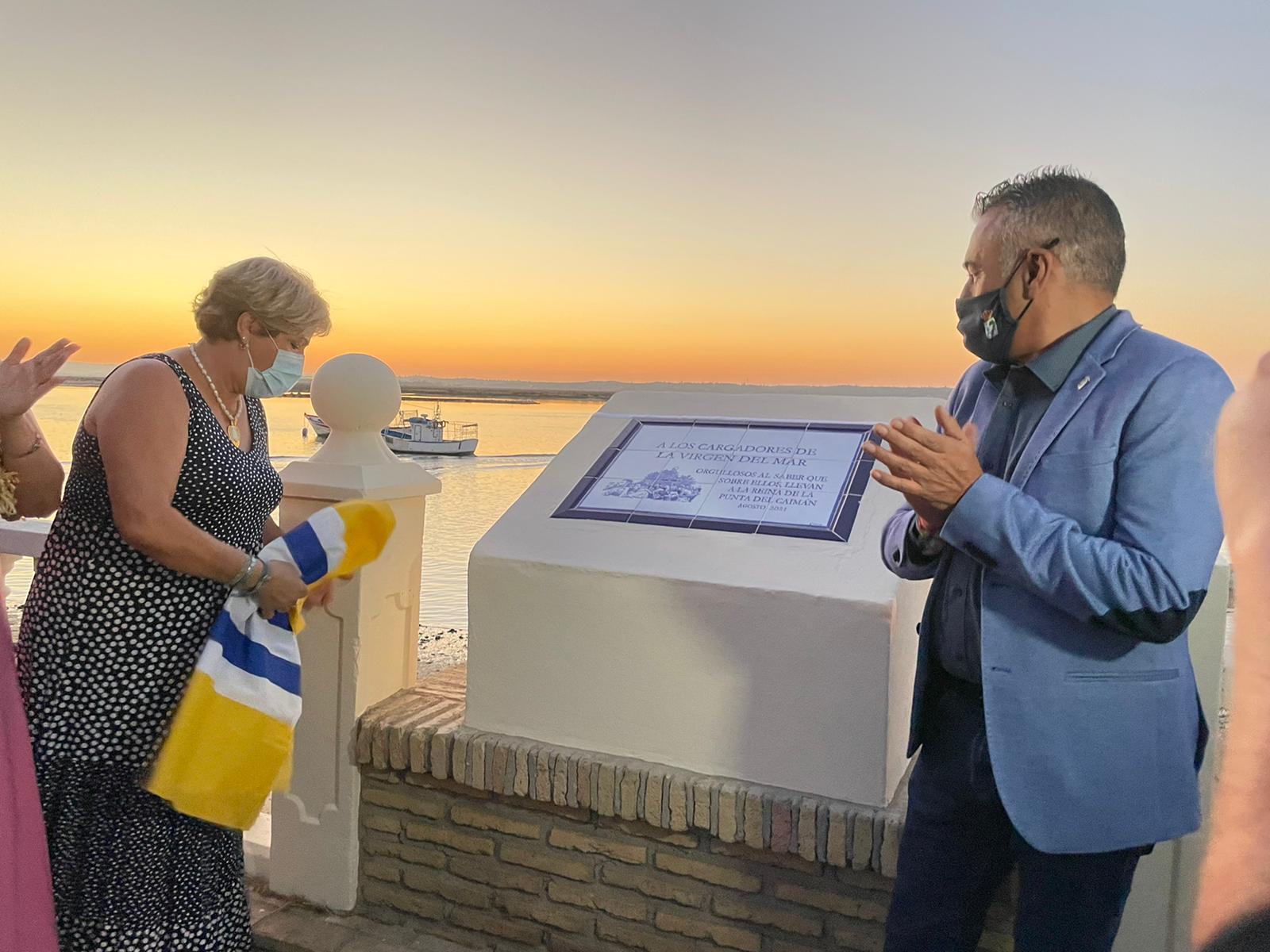 Inaugurado un monolito en honor a los costaleros de la Virgen del Mar, Patrona de la Punta del Caimán