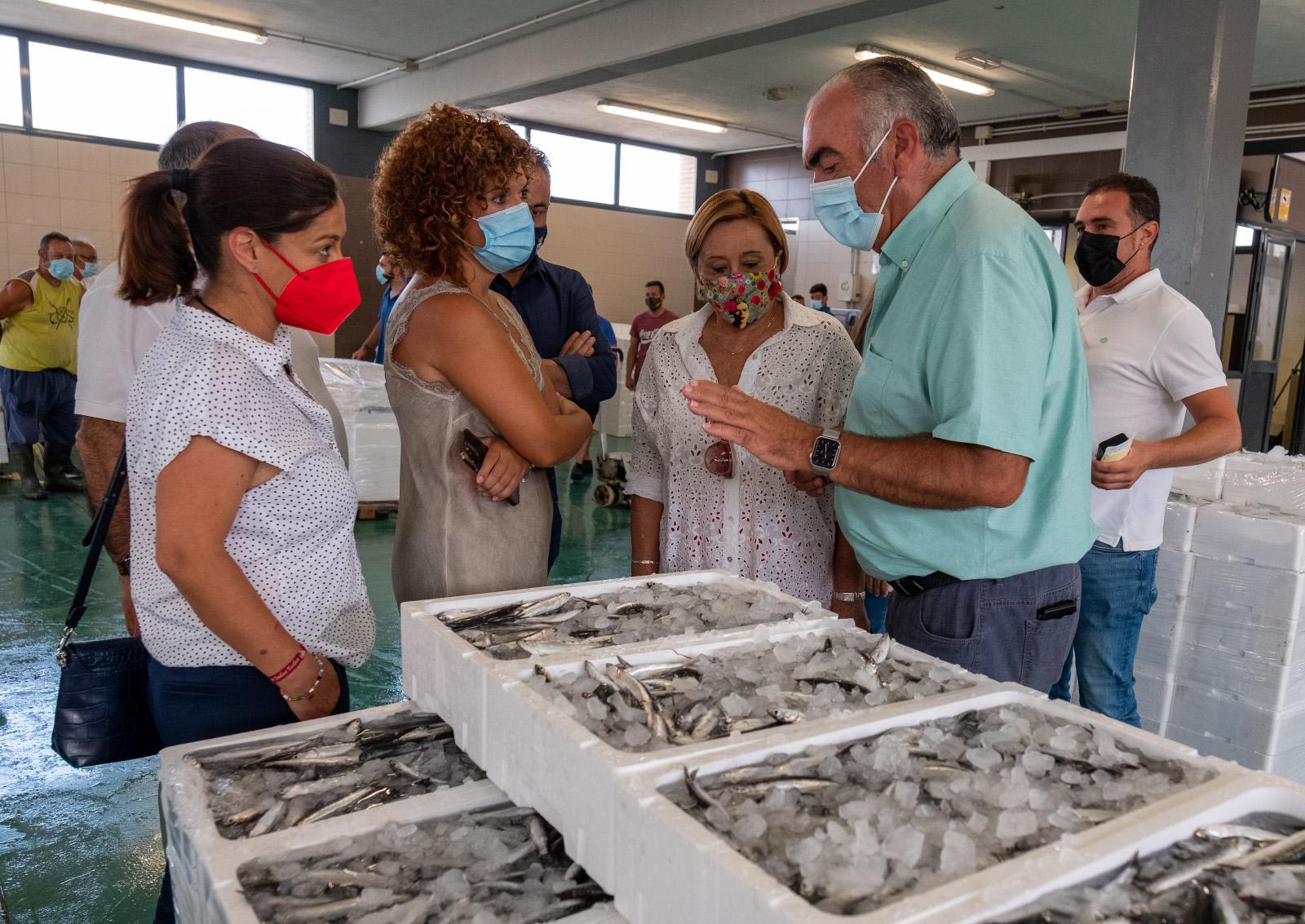 La presidenta de la Diputación visita el Puerto de Isla Cristina, el mayor en ventas de Andalucía y el segundo de España