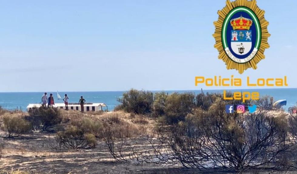 Bomberos del Consorcio controlan un incendio de pasto a pie de playa en Islantilla