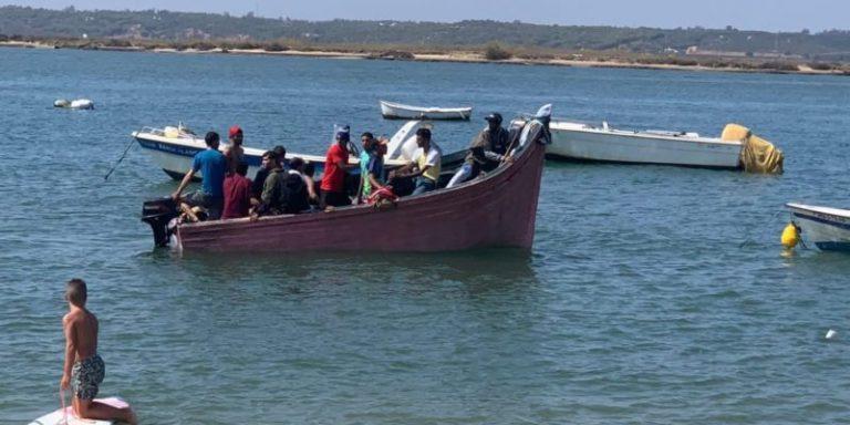 Una patera con inmigrantes desembarca en una playa de Isla Cristina