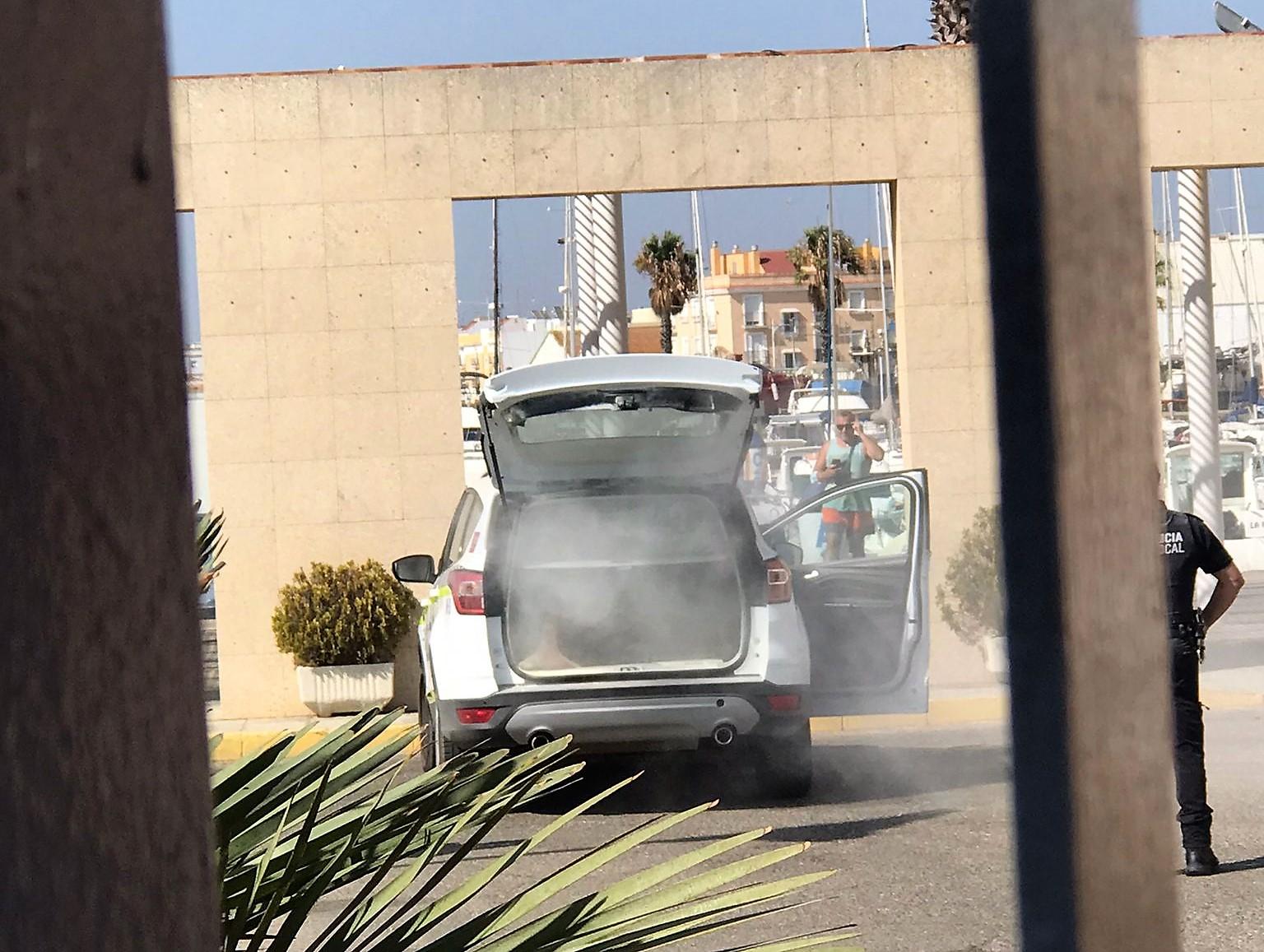 Arden dos vehículos en Isla Cristina, uno de la Guardia Civil y el otro de la Policía Local