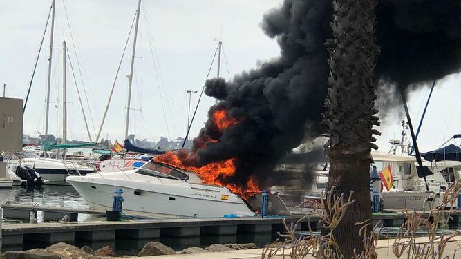 Arde una embarcación de recreo en el Puerto Deportivo de Isla Cristina