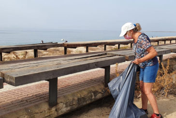 Voluntarios de 'Cuidemos Isla Cristina' peinan la playa Caminito Santana