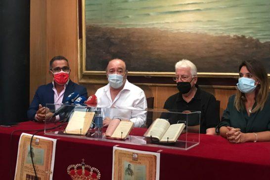 Rafael López Ortega, dona una decena de libros de Roque Barcia al Ayuntamiento de Isla Cristina