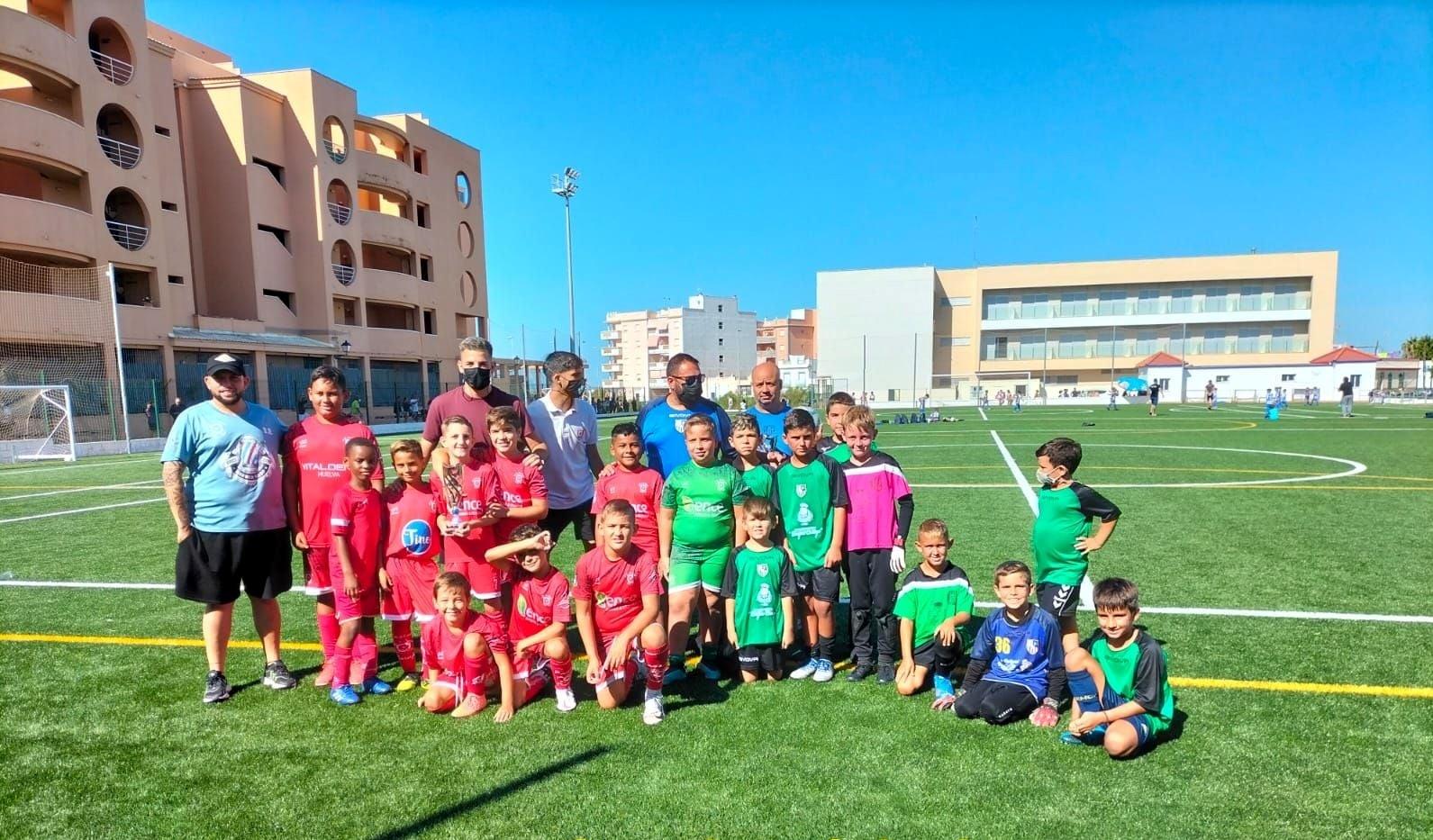 Los niños disfrutan en Isla Cristina del fútbol de cantera con el »Trofeo de la Amistad»
