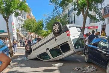 Una furgoneta vuelca tras colisionar frontalmente con otro vehículo en Isla Cristina